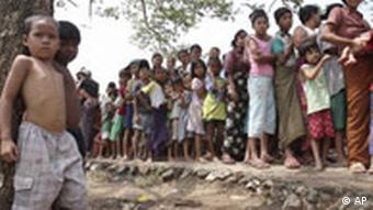 Menschenschlange wartet auf Lebensmittel, hungriges Kind im Vordergrund