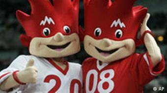 تریکس (چپ) و فلیکس، عروسکهای جام ملتهای اروپا در سوئیس و اتریش