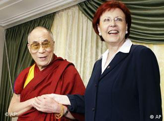 The Dalai Lama and Heidemarie Wieczorek-Zeul shake hands