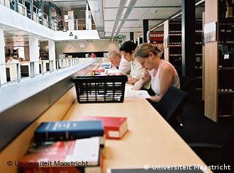 Studenten in der Bibliothek der Universität in Maastricht