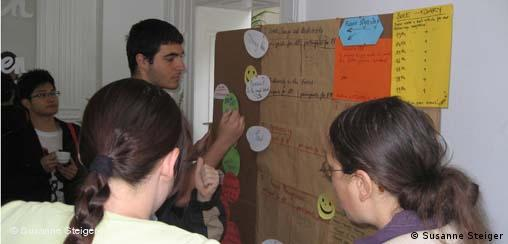 Эксперты оказывают поддержку участникам на семинарах