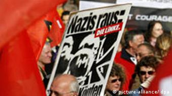 Die Linke, Demo gegen NPD in Hannover (picture-alliance/ dpa)