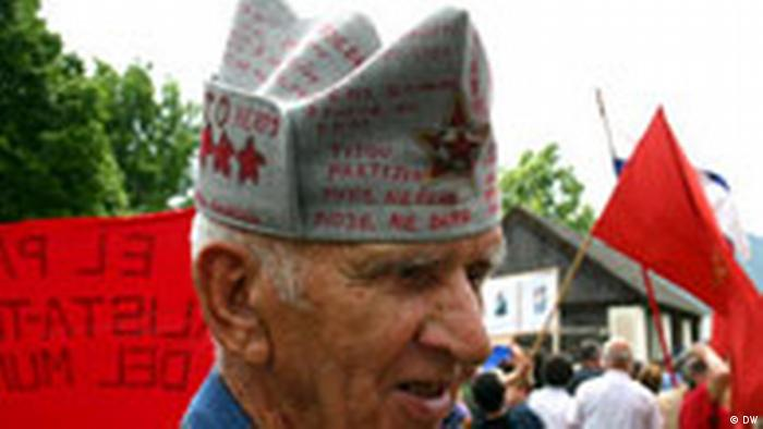 Stariji muškarac s trorogom kapom na glavi