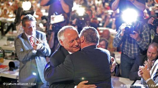 Die Vorsitzenden der Partei Die Linke Oskar Lafontaine und Lothar Bisky umarmen sich
