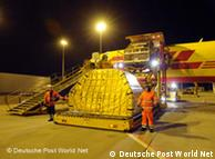 Fracht-Entladung in der Nacht (Quelle: Deutsche Post World Net)