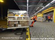 Waren-Container am DHL-Drehkreuz (Quelle: Deutsche Post World Net)
