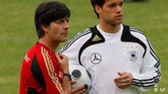 Michael Ballack und Joachim Loew bei Trainingseinheit in Homburg am 26. Mai 2008