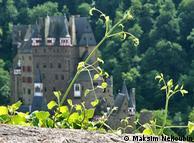 Вид на замок с автомобильной стоянки