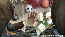 Symbolbild Kinderarmut - Kinder vor einem Spielwarengeschäft
