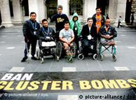 Sobrevivientes de bombas racimo protestan en Dublin.