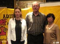 组织人员合影,从左至右,桑德拉·杜什·西尔娃,科隆德国工会联盟主席沃夫冈·于伦伯格·冯·达文博士和黄月媚女士