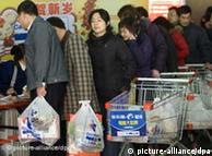 China prohibió la entrega gratuita de bolsas de plástico en los comercios.