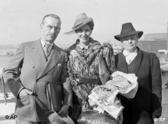 Thomas Mann (esq.) no exílio, na chegada a NY