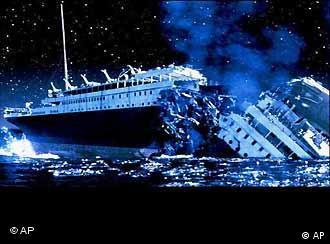 El Titanic en el momento de partirse en dos. Escena de una de las películas sobre la tragedia.