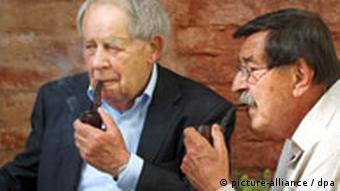 Die Schriftsteller Günter Grass (r) und Siegfried Lenz sitzen am Sonntag (01.06.2008) in Lübeck Pfeife rauchend im Garten des Günter-Grass-Hauses. Die beiden Literaten trafen sich im Rahmen einer am Sonntag beginnenden Ausstellung «Ein Bürger für Brandt. Der politische Grass» über ihr Wirken zugunsten des Politikers Willy Brandt in den 1960er Jahren. Beide hatten 1967 die Sozialdemokratische Wählerinitiative mitbegründet. Die Ausstellung, die bis zum 31. August im Günter-Grass-Haus in Lübeck zu sehen ist, beleuchtet die Entwicklung und die Hintergründe von Grass' bis heute andauerndem politischen Engagement. Foto: Wolfgang Langenstrassen dpa