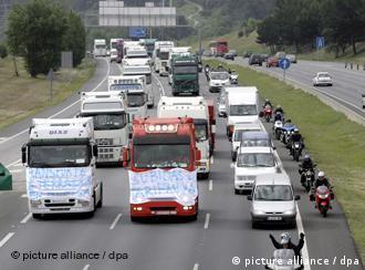 Stau auf der Straße C58 in der Nähe von Barcelona, Spanien, aufgrund des Streiks der Lastwagenfahrer. Sie streiken wegen der hohen Benzinpreise (09.06.2008/dpa)