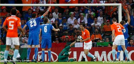 Italy's players react after a goal scored by Netherlands' Ruud van Nistelrooy