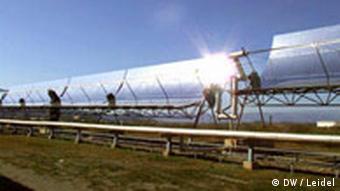 Reihe mit länglichen Parabolspiegeln, die das Sonnenlicht zurückwerfen (Quelle: DW / Leidel)