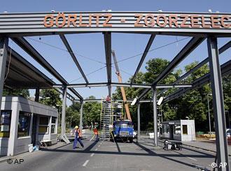 Posto de controle na fronteira entre Alemanha e Polônia é desmontado