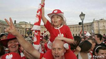 Poland fans celebrate during the Euro 2008 soccer match between Austria and Poland at the official fan zone in front of the historic Hofburg palace in Vienna June 12, 2008. REUTERS/Herwig Prammer (AUSTRIA)