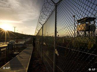 Sonnenaufgang, Zaun mit Stacheldraht, Wachturm (Quelle: AP)