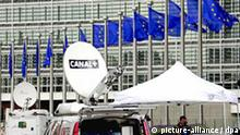 TV crews stand in front of the European Commission headquarter awaiting reaction of the European institutions after the results to the Irish referendum to Lisbon Treaty in Brussels, Belgium, on 13 June 2008. Vote-counting started Friday in a knife-edge European Union (EU) referendum in Ireland which could plunge the 27-nation bloc into a new crisis if its new treaty is rejected. Ireland's roughly three million voters effectively hold the future direction of the entire EU -- population nearly 500 million -- in their hands as the Lisbon Treaty needs approval by all 27 EU member states. EPA/OLIVIER HOSLET +++(c) dpa - Report+++