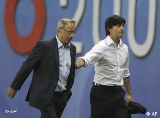 Löw y Hickersberger enviados a las tribunas por el juez español.