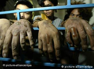 Three detained Filipinos who were accused of killing a policeman show their hands that were wounded during torture carried by the police after their arrest inside a jail in Quezon City, Philippines, 01 July 2003. Cases of torture in the Philippines are rampant despite the Philippines along with other countries have signed and ratified international agreements that no one shall be subjected to torture or to cruel, inhuman or degrading treatment or punishment based on Article 5 of the Universal Declaration of Human Rights (UDHR). Foto: Dennis Sabangan dpa