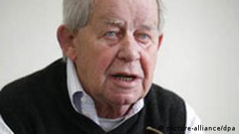 Der Schriftsteller Siegfried Lenz, aufgenommen während eines Interviews in seiner Wohnung im Stadtteil Othmarschen in Hamburg (Archivfoto vom 23.05.2008). Foto: Jens Ressing dpa