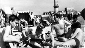Junge Männer mit Gitarren am Strand, Warnemünde 1965 (Quelle: dpa)