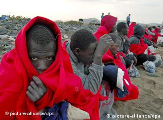 Part of a group of 36 African immigrants wait on the beach after they were intercepted and arrested by the Civil Guard while trying to reach land in a small boat on Wednesday 15 November 2006 at Puerto del Rosario harbour, Fuerteventura, Canary Islands. EPA/CARLOS DE SAA +++(c) dpa - Bildfunk+++ Schlagworte Krisen, Migration, Politik, Spanien