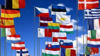 2011 könnte auch die kroatische Fahne mit dabei sein. Flaggen der 27 EU-Mitglieder