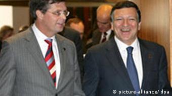 Dutch Prime Minister Jan Peter Balkenende (L) and European Commission chairman Jose Manuel Barroso (R)