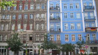 An unrenovated and renovated building side by side on Oderberger Strasse