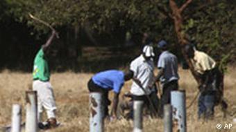 Simbabwe, Mitglieder der Partei ZANU PF-Miliz schlagen einen Menschen