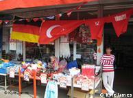 Laden mit deutschen und türkischen Flaggen (Foto: DW)