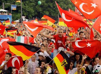 Deutsche und türkische Fahnen zur EM