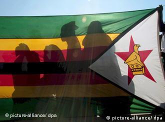 Мугабе останува на чело на Зимбабве