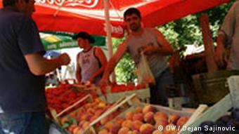 Na vjerskim okupljanjima prodavači nude: voće, povrće i igračke