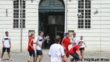 Deutsche und spanische Fans spielen gemeinsam Fußball in Wien