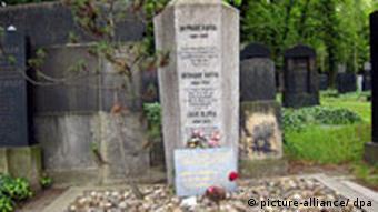 مزار فرانتس کافکا در آرامگاه یهودیان در پراگ