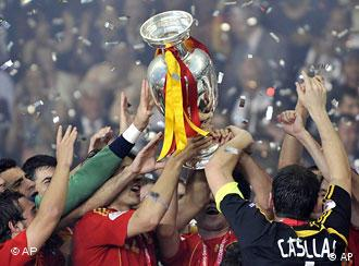 Spanish players hold up the trophy at the end of the Euro 2008 final