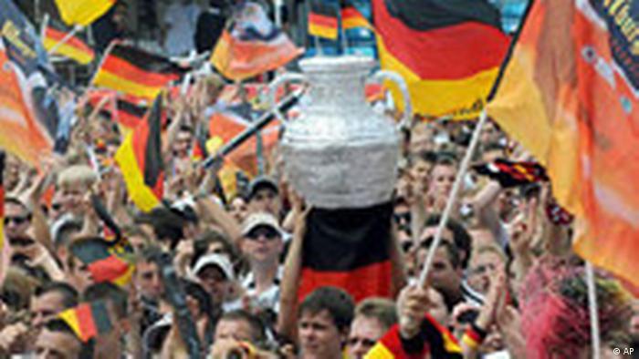 BdT Deutschland Fußball Euroa 2008 Fanmeile Berlin Fußballfans (AP)