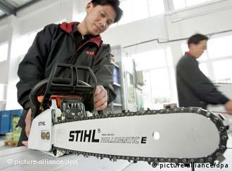 Firma Stihl Sägen in China.jpgA Chinese worker starts a saw at the factory of Taicang Andreas Stihl Powertools Co., Ltd. in Taicang, east Chinas Jiangsu province 10 March 2005. Foto: Wu jianxin/Imaginechina +++(c) dpa - Report+++ +++(c) dpa - Report+++