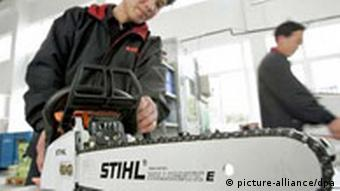 Firma Stihl Sägen in China.jpg A Chinese worker starts a saw at the factory of Taicang Andreas Stihl Powertools Co., Ltd. in Taicang, east Chinas Jiangsu province 10 March 2005. Foto: Wu jianxin/Imaginechina +++(c) dpa - Report+++ +++(c) dpa - Report+++