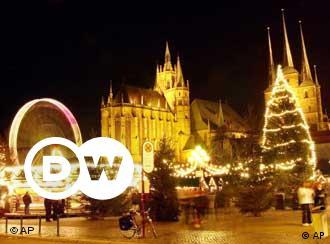 Attraktionen sind die etwa 25 Meter hohe, festlich beleuchtete Weihnachtstanne, die Weihnachtskrippe mit 14 handgeschnitzten, fast lebensgroßen Holzfiguren sowie die 12 Meter hohe Original Erzgebirgische Weihnachtspyramide. In mehr als 200 festlich dekorierten Holzhäusern bieten Händler alles an, was zum Advent und zum Weihnachtsfest gehört. Vor allem die bekannten Spezialitäten, wie der Thüringer Christstollen und die Thüringer Bratwurst, dürfen auf dem Weihnachtsmarkt nicht fehlen.