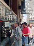 2001, ουρές έξω από τις τράπεζες