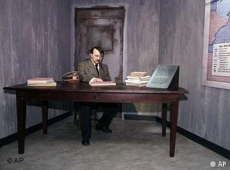 Vor dem Anschlag: Die Wachsfigur von Adolf Hitler im Wachsfigurenkabinett von Madame Tussauds, Quelle: AP