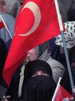 Mehr Freiheit für türkische Frauen | Kultur | DW | 06 12 2001
