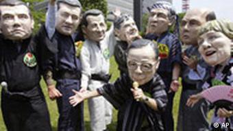 Als Regierungschefs verkleidete Gipfelgegner singen in Sapporo Karaoke, Quelle: AP